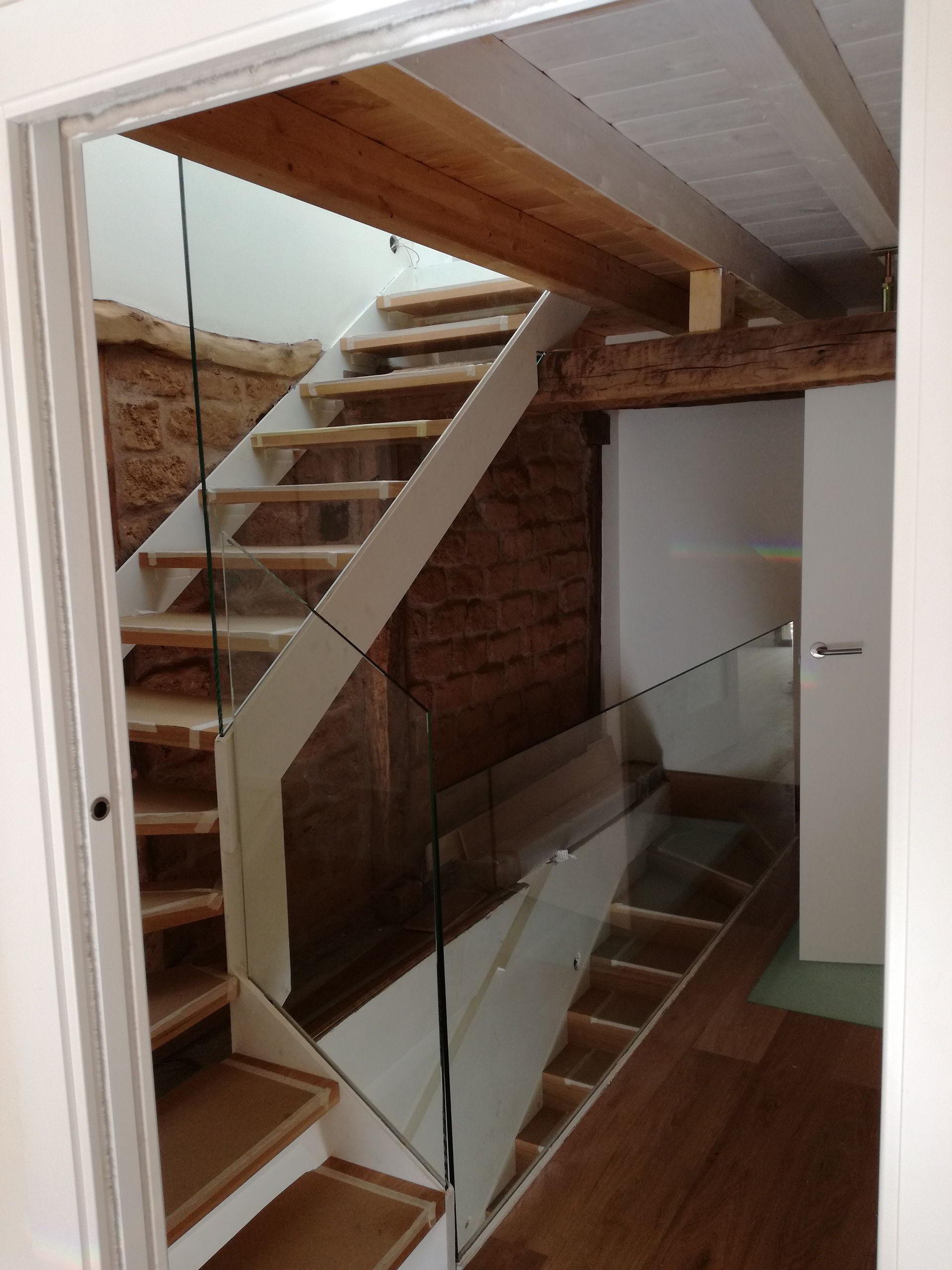 Bajada escalera cristal